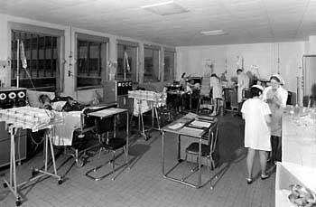histoire de la dialyse : salle d'hémodialyse à Necker